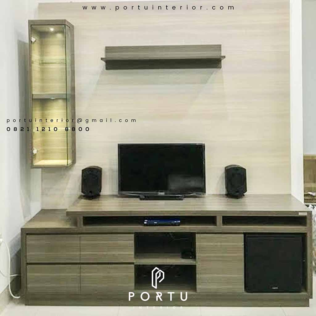 backdrop tv minimalis dengan kabinet cermin by portu interior