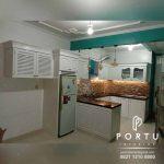 Dapur Cantik Dengan Kitchen Set Klasik Putih Dan Minibar
