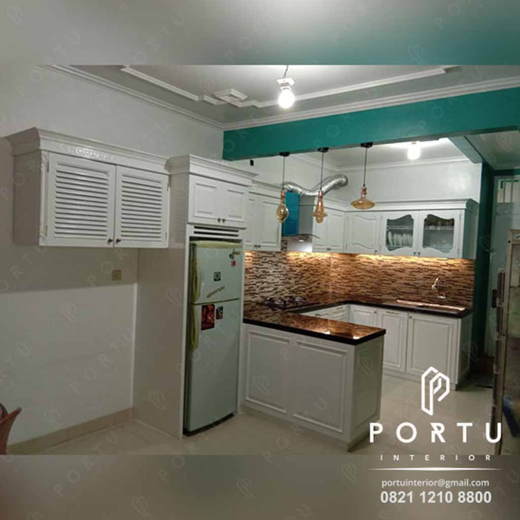Dapur Cantik Dengan Kitchen Set Klasik Putih Dan Minibar Portu