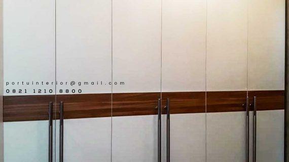 contoh lemari pakaian pintu ayun minimalis letter i di Pamulang by Portu Interior id3427