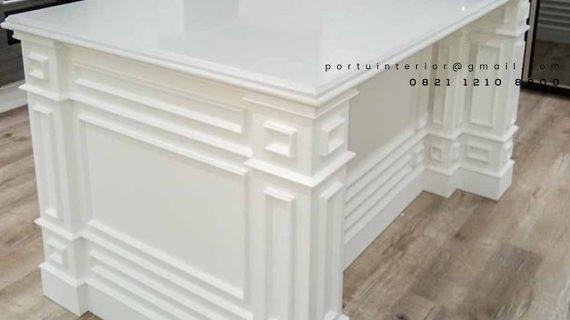 contoh meja island semi klasik warna putih by Portu Interior