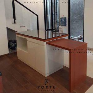 meja makan minimalis dengan meja island kombinasi warna
