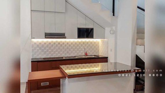 lemari dapur di bawah tangga dengan island