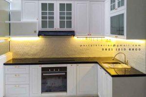 design kitchen set klasik letter L warna putih di Bintaro by Portu Interior id4015