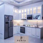 Pembuatan Model Kitchen Set Klasik Duco Putih Kombinasi Kaca Pasang Di Taman Pahuta Griya Loka BSD Tangerang