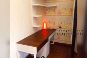 contoh meja belajar minimalis finishing hpl coklat dan putih Portu Interior id4045