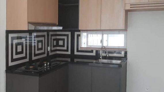 Contoh Kitchen Set Motif Kayu & Grey Rainbow Springs CondoVillas Summarecon Serpong Pagedangan